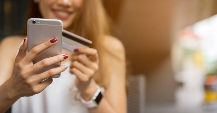 Kobieta dodaje kartę do aplikacji mobilnej