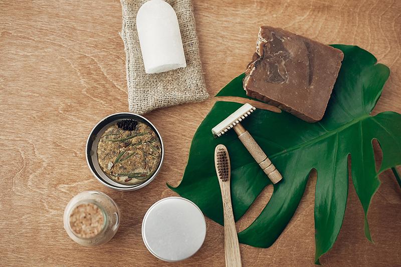 Naturalne kosmetyki, ekologiczna szczoteczka do zębów i maszynka do golenia.