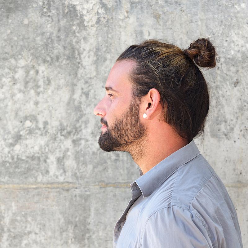 Modne fryzury męskie na lato 2021: manbun