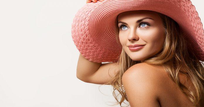 Młoda kobieta w różowym kapeluszu.
