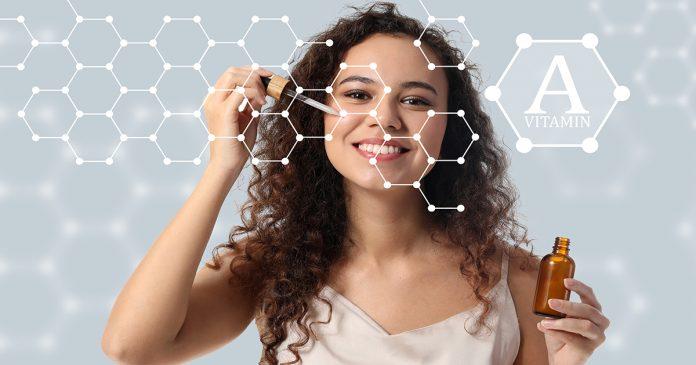 Dziewczyna nakłada na twarz serum z retinolem