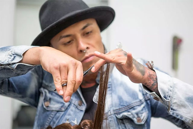 Rolando Aqui cutting hair